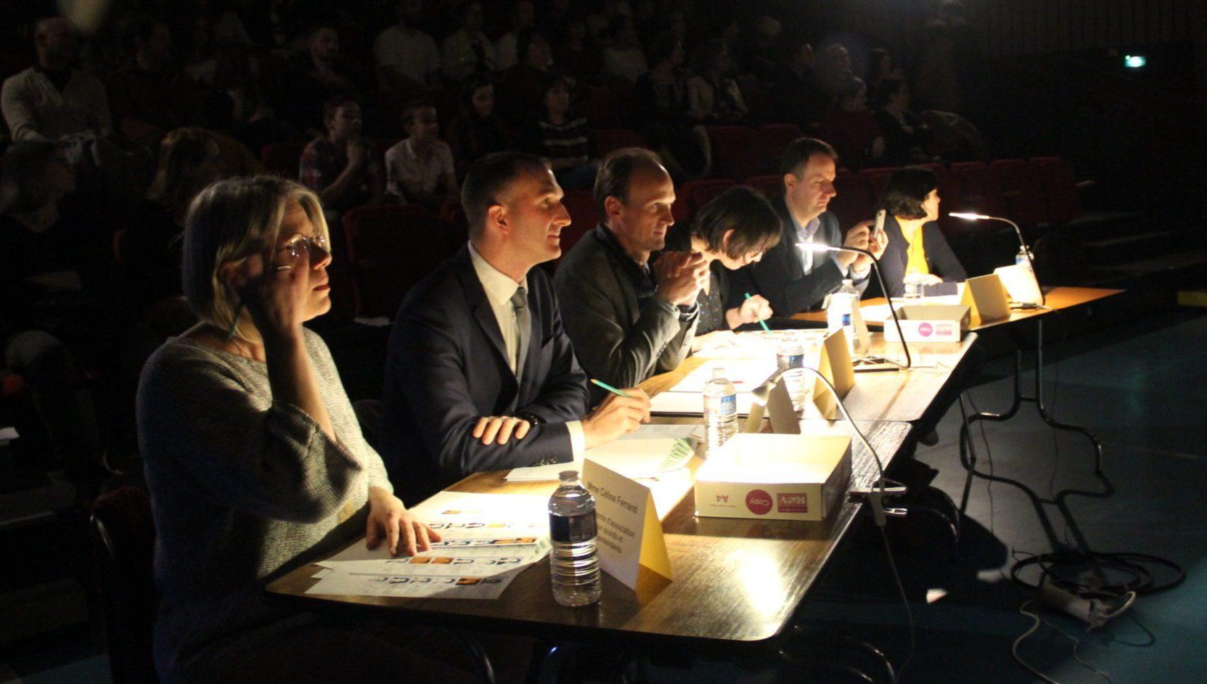 Le Jury , attentif et concentré