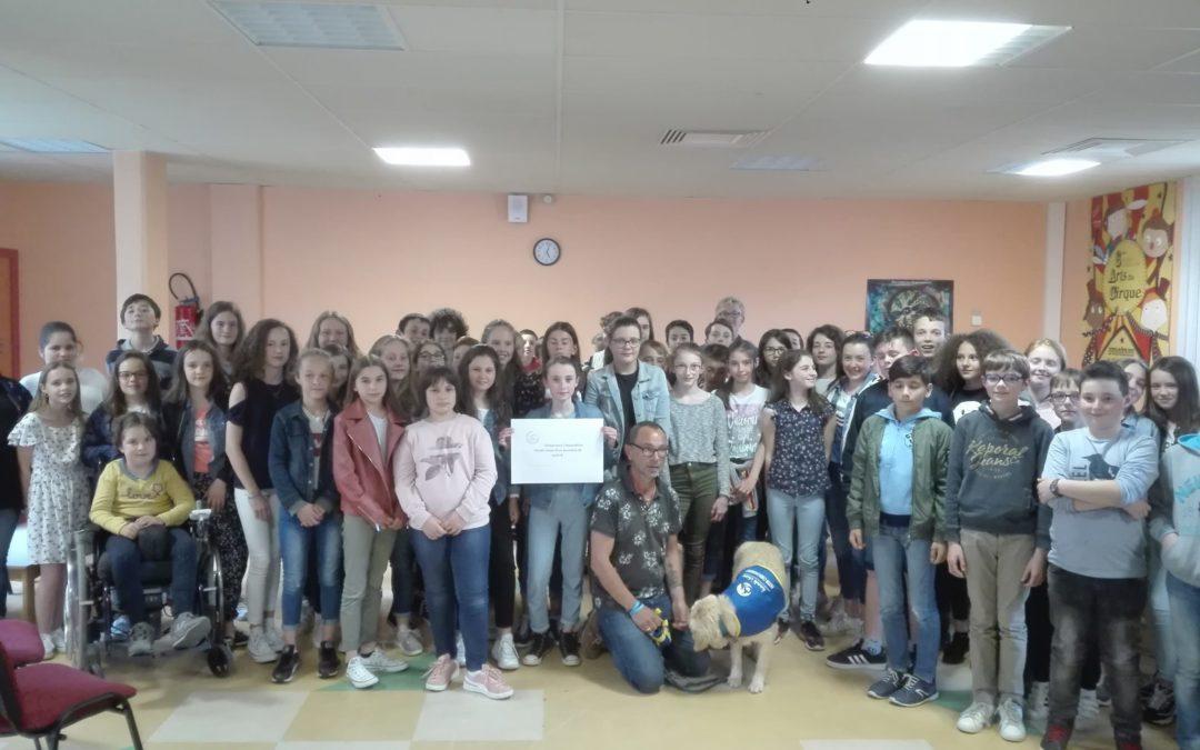 Remise d'un chèque de 1200 € à l'association «Handi'chiens».