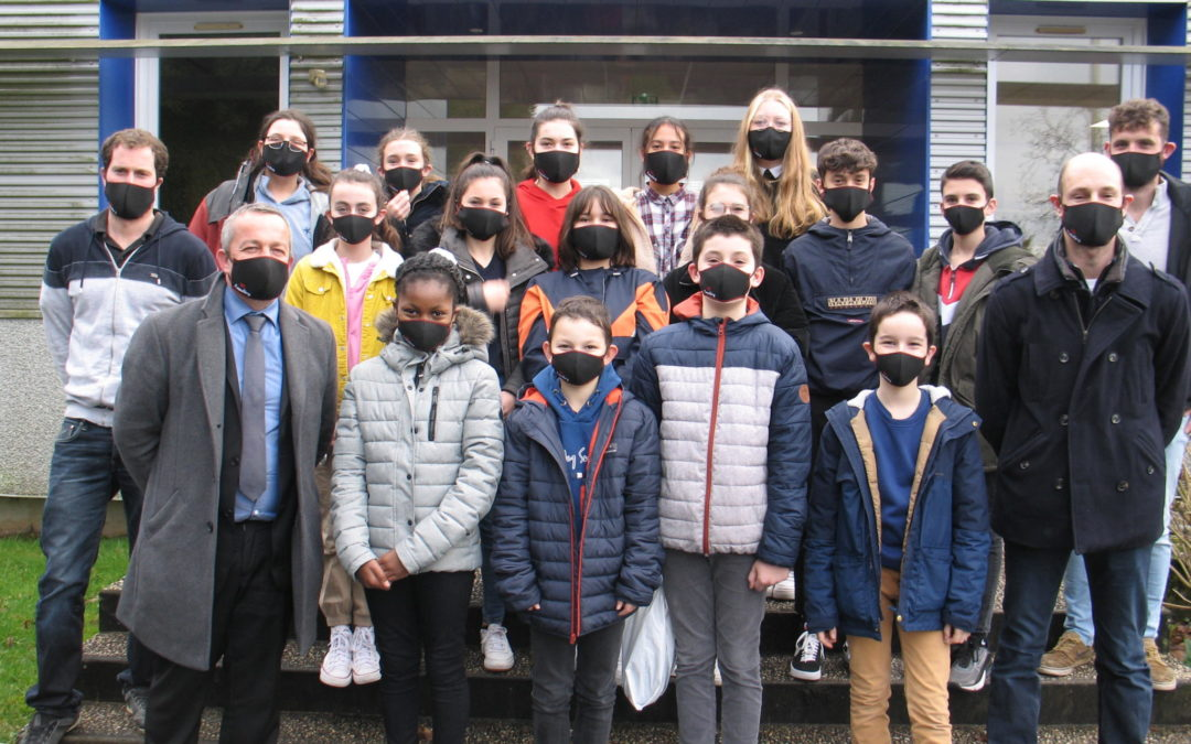 Les jeunes agriculteurs remettent des masques aux collégiens