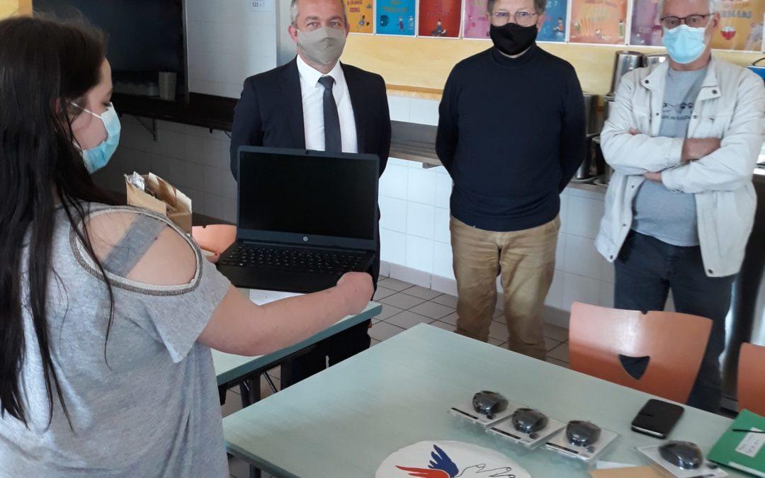 Tous les élèves avec un ordinateur ! Grâce au Secours Populaire